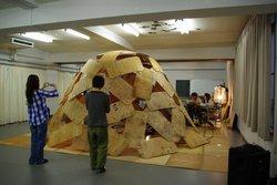 木製ドームの組み立て作業